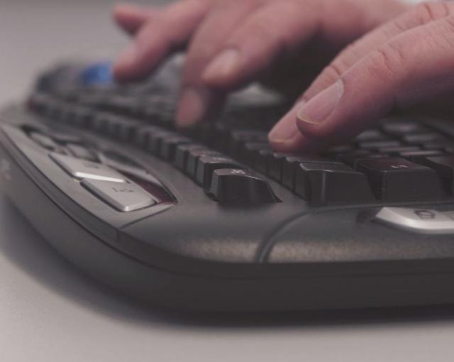 Foto von Händen während der Eingabe mit einer Computertastatur